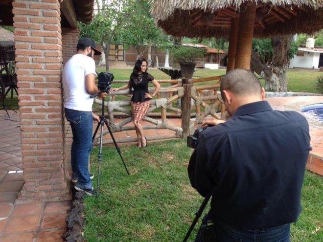 Alex Rivera en una sesion de fotos
